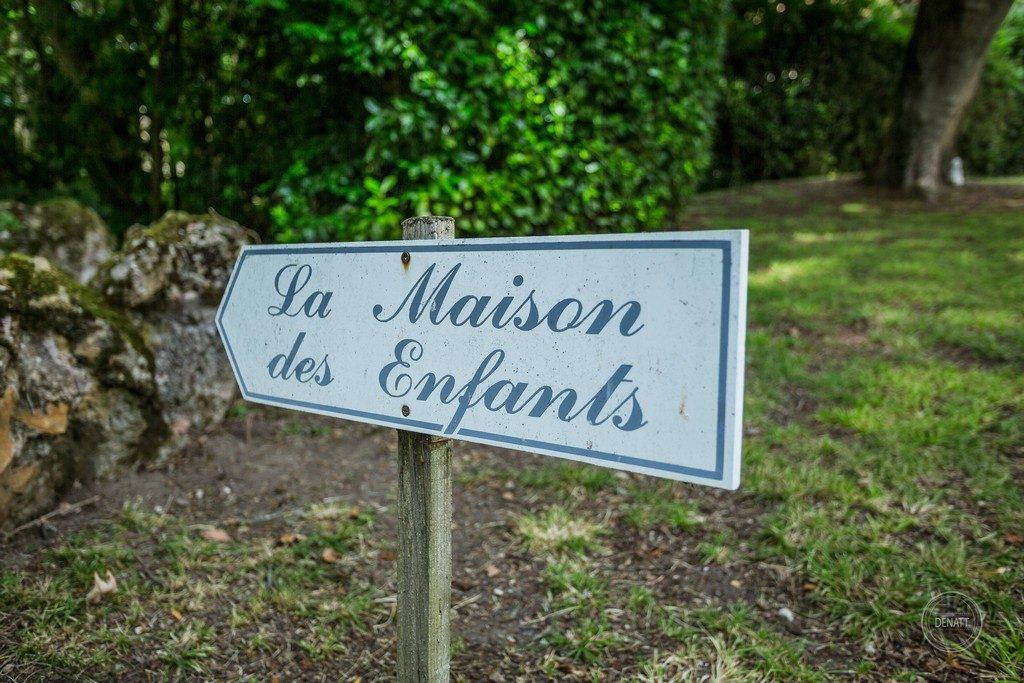 Pancarte le maison des enfants dans le parc du château de Meillant